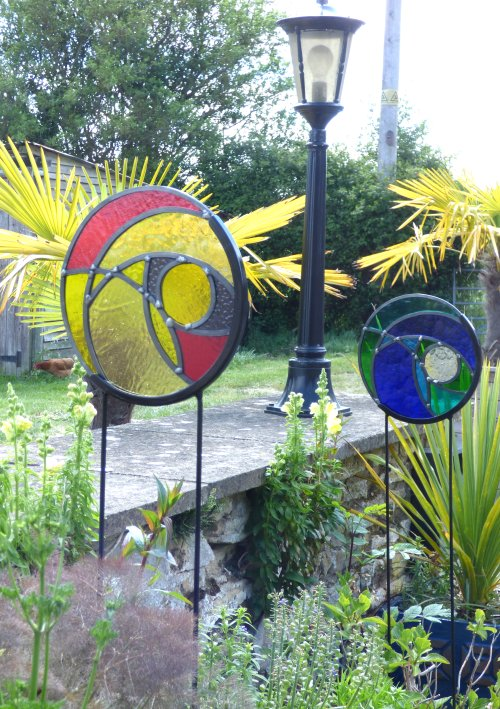 Round abstract design glass and metal garden stakes by Vitreus Art of Northants, UK