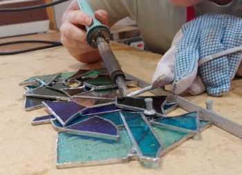 Glass offcuts upcycling at Vitreus Art